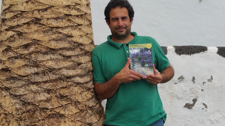 Néstor Pellitero muestra el libro que acaba de publicar. Foto: LUZ RODRÍGUEZ.
