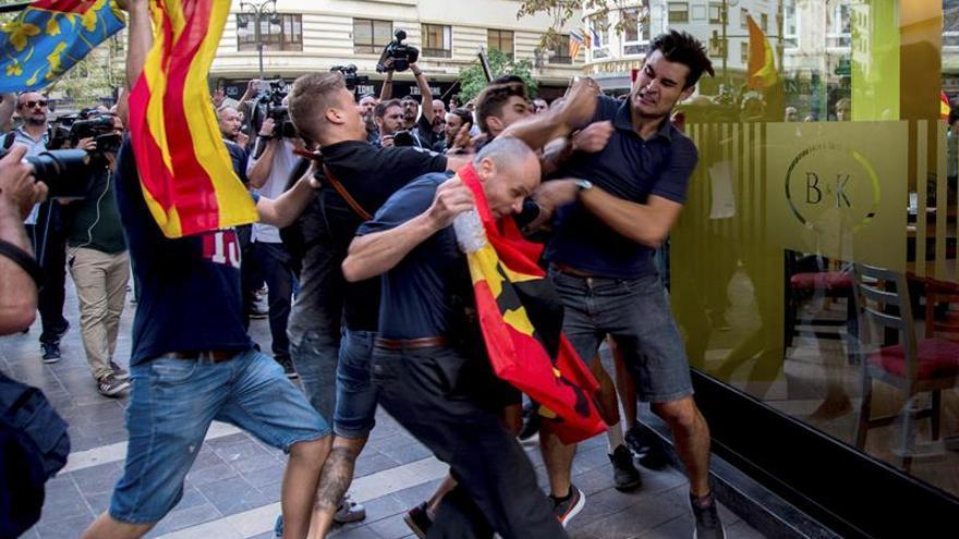 Ultras revientan la manifestación nacionalista del 9 de Octubre en València
