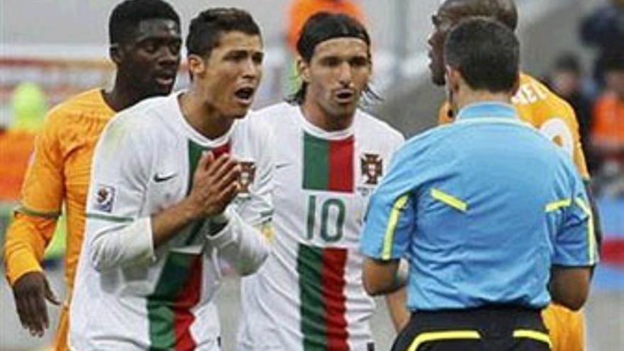 Cristiano Ronaldo protesta a Jorge Larrionda la tarjeta amarilla que vio en el minuto 21. (REUTERS)
