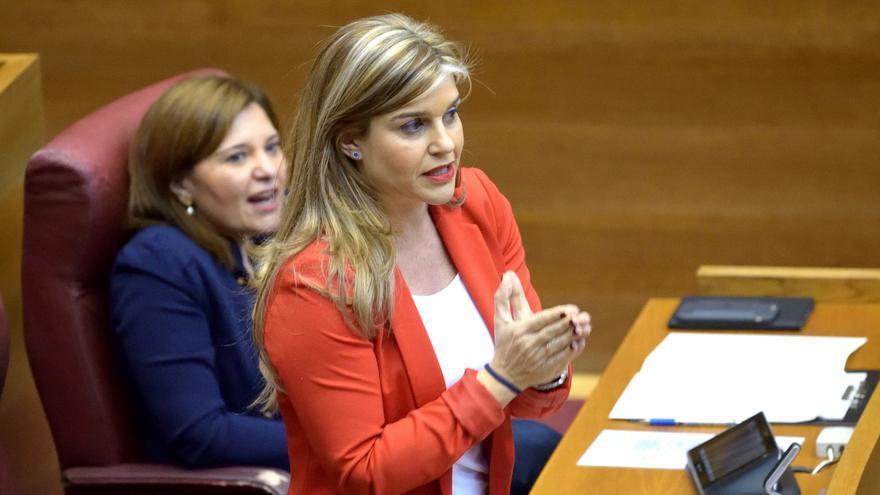 La secretaria general del PPCV, Eva Ortíz, junto a la presidenta del partido, Isabel Bonig, en las Corts