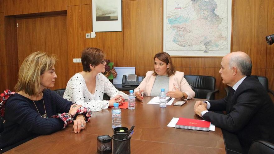Dos representantes de CCOO (izquierda) en la reunión con la Consejera de Fomento y el Director General de Transportes.