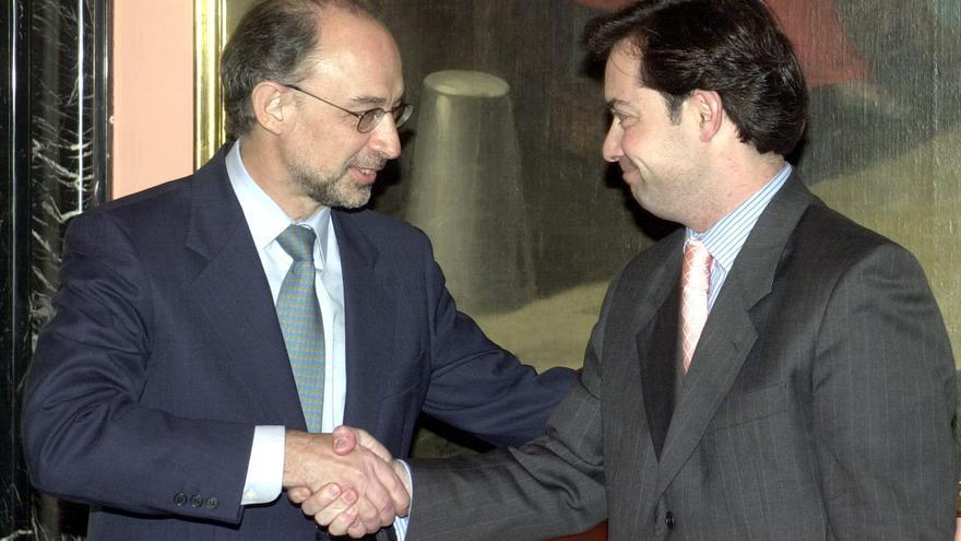 Cristóbal Montoro felicita a Ricardo Martínez Rico por su nombramiento como secretario de Estado de Presupuestos y Gastos en marzo de 2003. EFE