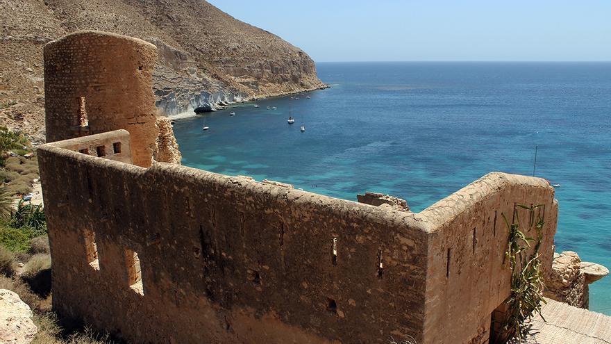 Las ruinas de un castillo del siglo XVI presiden la naturista Cala de San Pedro. / JUAN MIGUEL BAQUERO