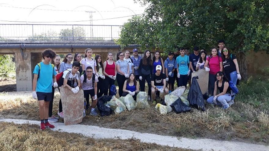 Estudiantes del IES Beniaján limpian la rambla del Garruchal junto con su Asociación Vecinal y la CHS