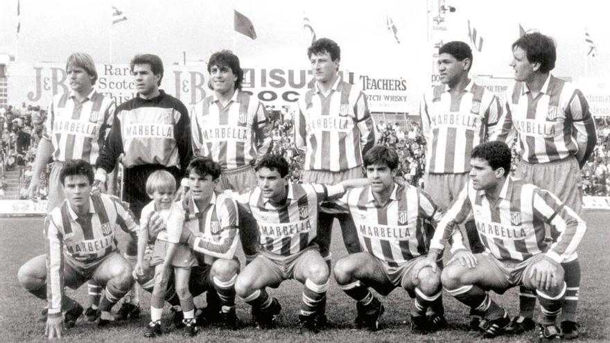 Formación del Atlético de Madrid 92/93 que jugó en el Heliodoro con Schuster, Abel, Futre, Vizcaíno, Donato, Ferreira (de pie); Aguilera, Toni, Manolo, Solozábal y Juanito.
