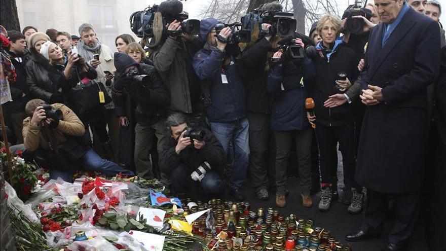 John Kerry rinde homenaje a las víctimas de las protestas en Kiev (Ucrania)