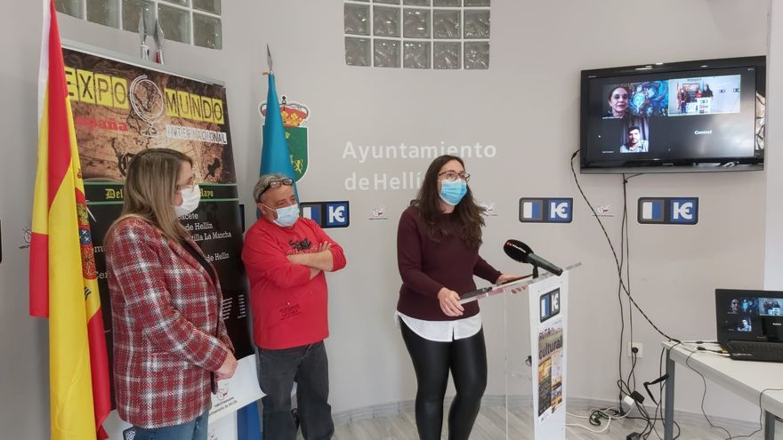 Las Minas de Hellín acoge una exposición pictórica internacional con 30 artistas de 13 países