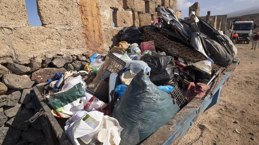 El Cabildo desmantela 122 cabañas y extrae casi veinte toneladas de residuos en La Caleta de Adeje