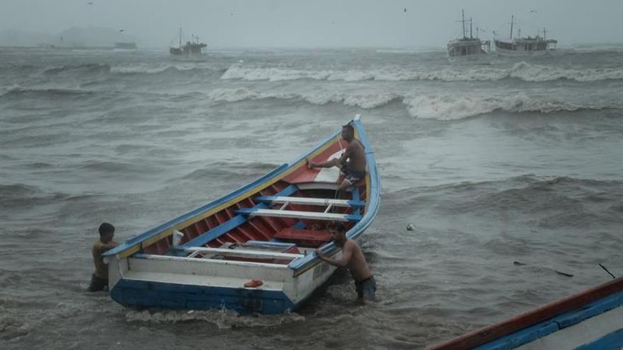 El huracán José, de categoría 1, se debilita en su deambular rumbo al este