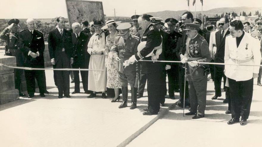 El Conde de Vallellano (en el centro de perfil) inaugura el puente de San Rafael en Córdoba en 1953 (Foto. Archivo Municipal Córdoba)