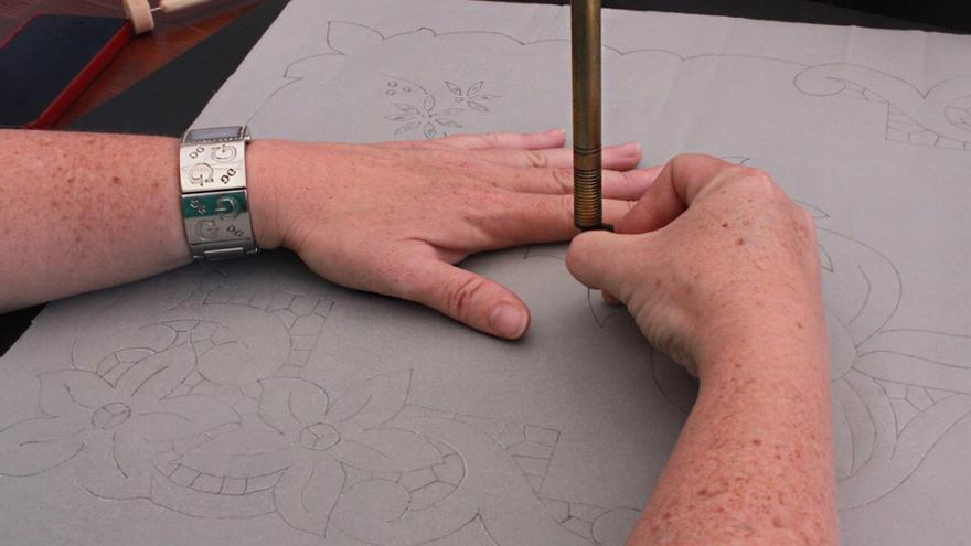 Muestra de una perforadora haciendo los puntos sobre el dibujo. Foto: CLAUDIA PAIS