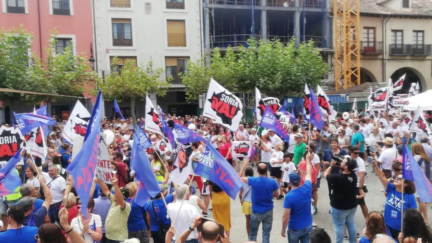 Los manifestantes de la plataforma A 11 pasos de Peñafiel reciben a los de Soria ¡YA! en la plaza Mayor de Aranda de Duero