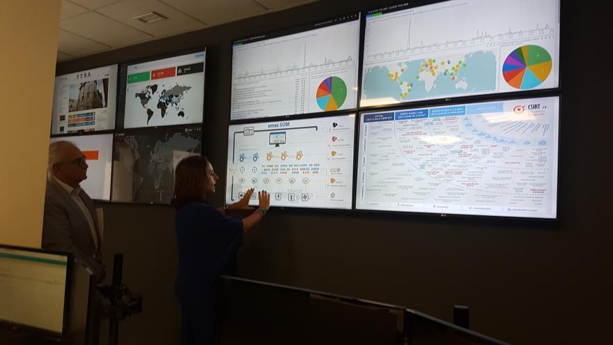 La responsable del CSIRT, Lourdes Herrero, explica al conseller Vicent Soler el funcionamiento del centro