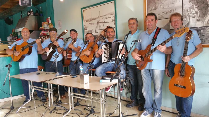La parranda La Laja en el bar La Calita de Santa Cruz de La Palma. Foto: LUZ RODRÍGUEZ.
