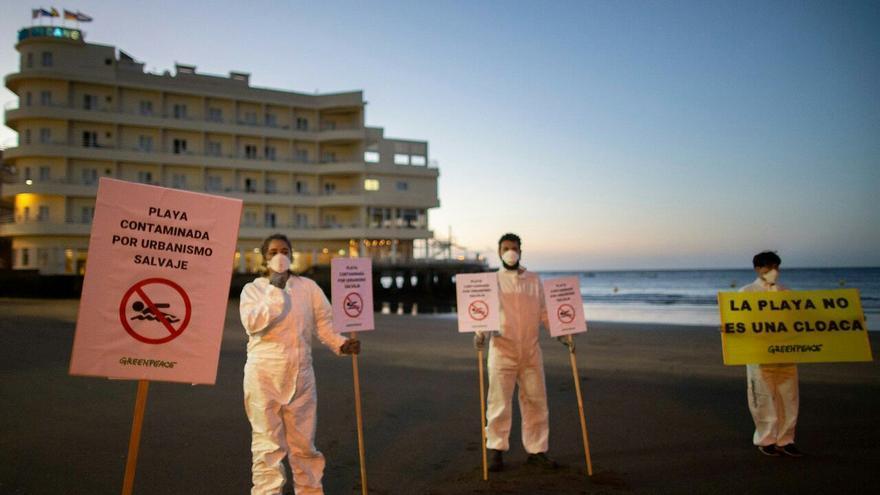 Activistas de Greenpeace realizan el cierre simbólico de la Playa de El Médano.