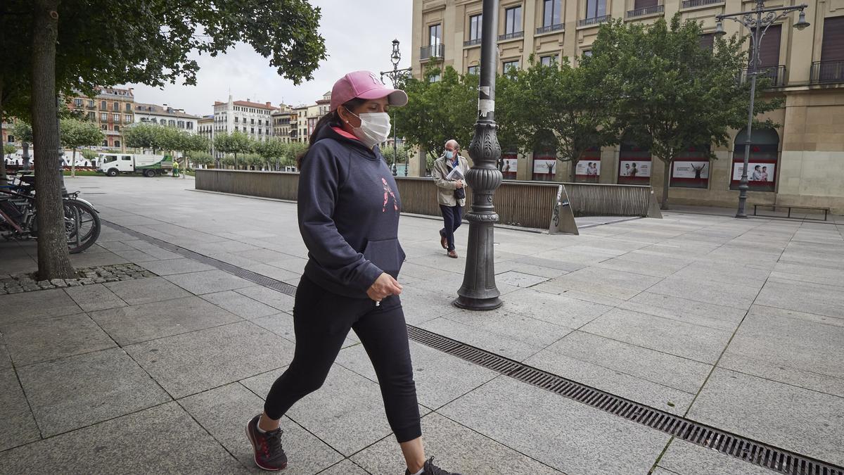 Una mujer con mascarilla en una céntrica calle de Pamplona.
