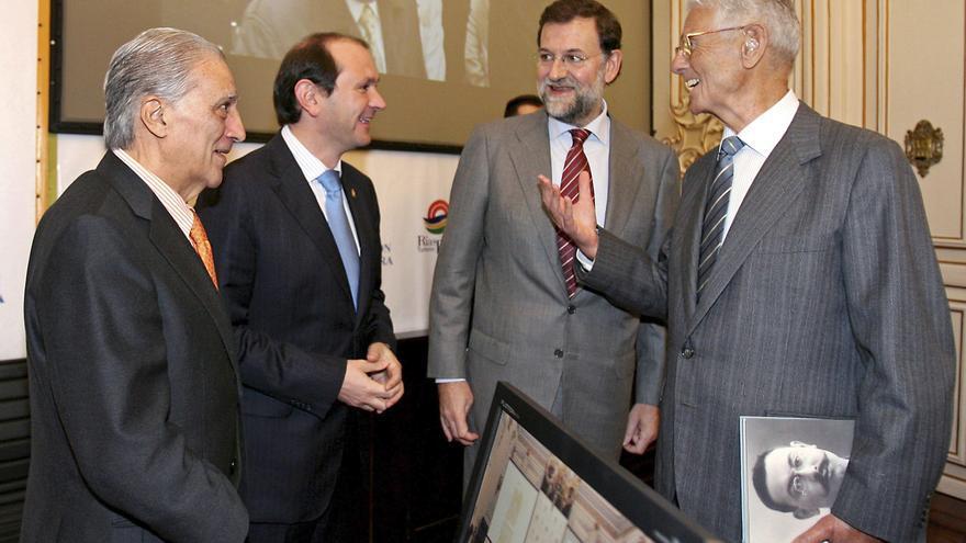 Mariano Rajoy, junto a su padre (a la derecha) en 2006 / EFE