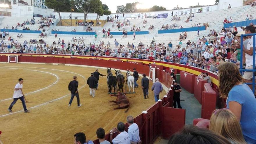 Plaza de toros medio vacía en una corrida en la que toreaban Morante, Manzanares y Ortega Cano. Benidorm 2016. Foto: AVATMA