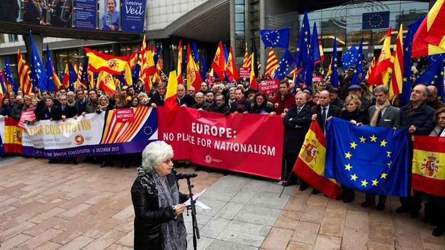 Varios cientos de personas celebran la Constitución frente al Parlamento Europeo en Bruselas