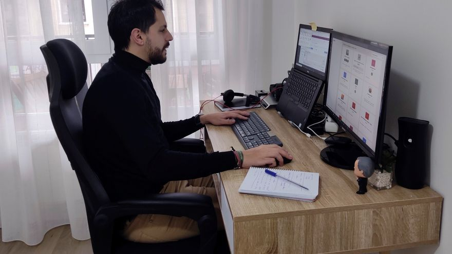 Imagen de archivo de un empleado que trabaja a distancia en esta época de pandemia.