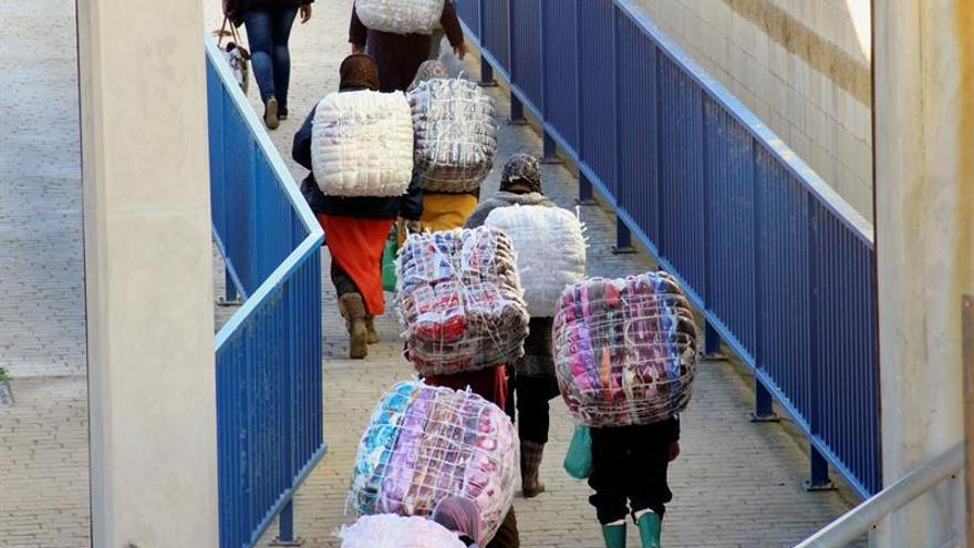 Unas 350 mujeres asaltan a la carrera la frontera de Ceuta con los bultos de mercancías
