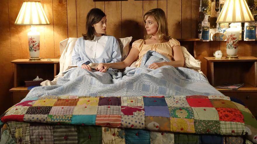 Lizzy Caplan y Caitlin FitzGerald en la tercera temporada de 'Masters of Sex'