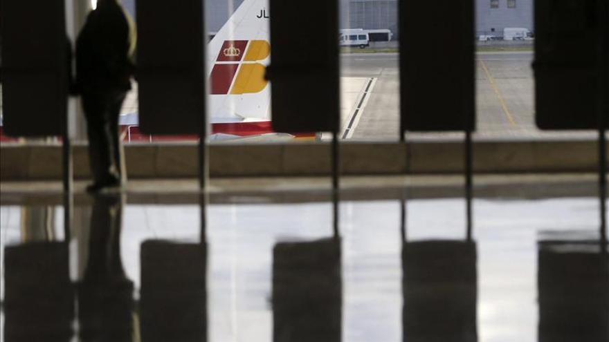 Iberia rebajará 4 puntos más el sueldo a los tripulantes y personal de tierra