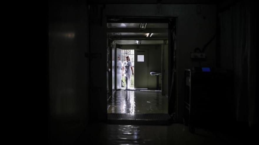 Una médica camina por un hospital móvil instalado por el ejército argentino para asistir a enfermos de Covid-19 en la Ciudad de Buenos Aires (Argentina).