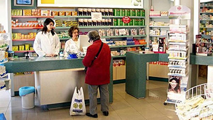 Una paciente es atendida en el interior de una farmacia. (F.J.R)