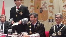 Juan Martínez Moya (a la derecha), durante el discurso del nuevo presidente del TSJMU, Pascual de Riquelme / TSJMU