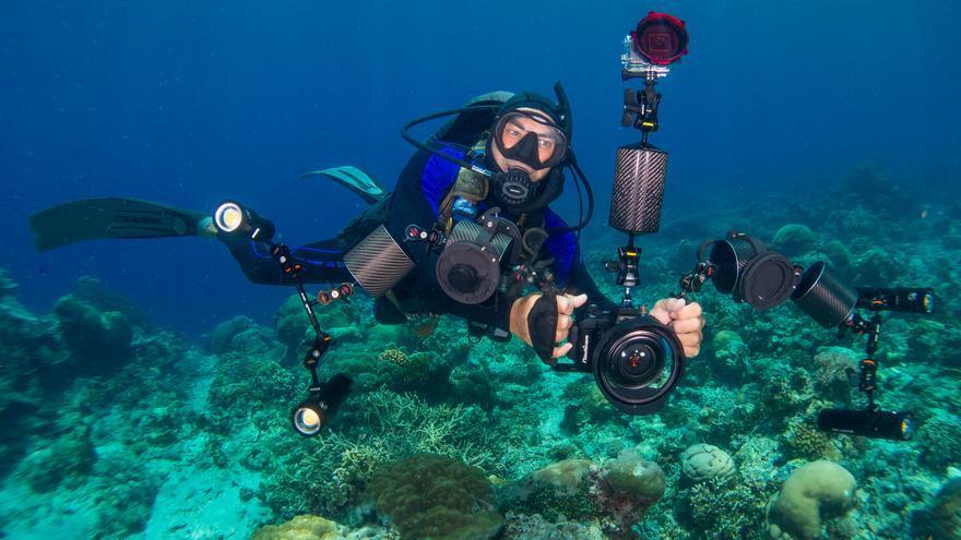 El fotógrafo Carlos Villoch durante una de sus inmersiones