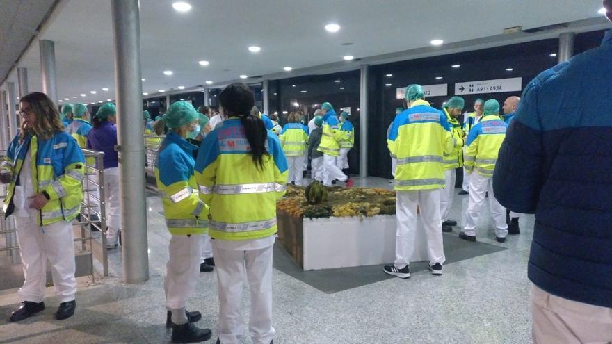 Profesionales sanitarios en el hospital provisional de Ifema en la jornada del domingo