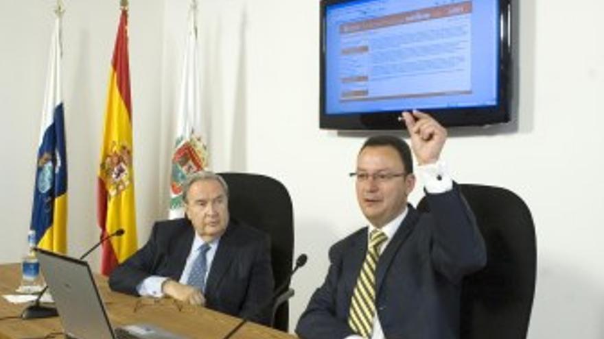 El alcalde Jerónimo Saavedra y el concejal de Nuevas Tecnologías, Fernando Navarro, durante la presentación. (CANARIAS AHORA)