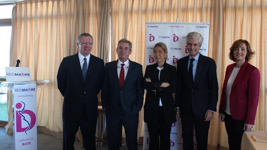 Alberto Ruiz Gallardón y Adolfo Suárez Illana junto a otros miembros del patronato de la fundación Red Madre.