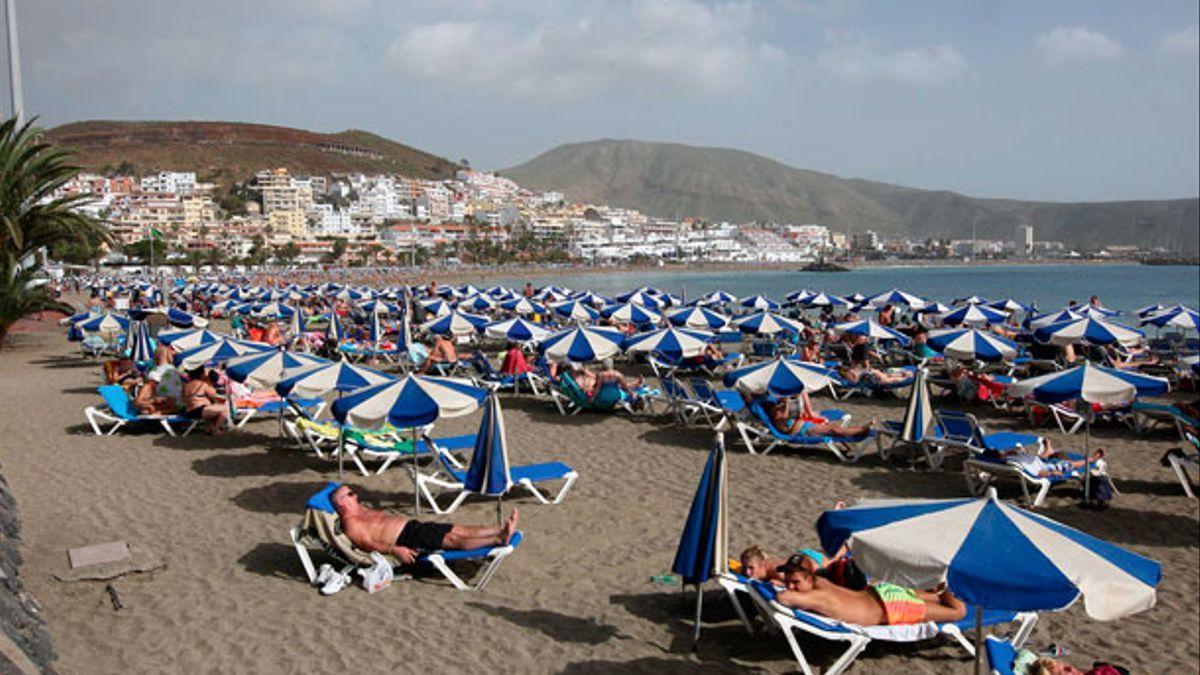 Turistas descansando en una playa del sur de Tenerife