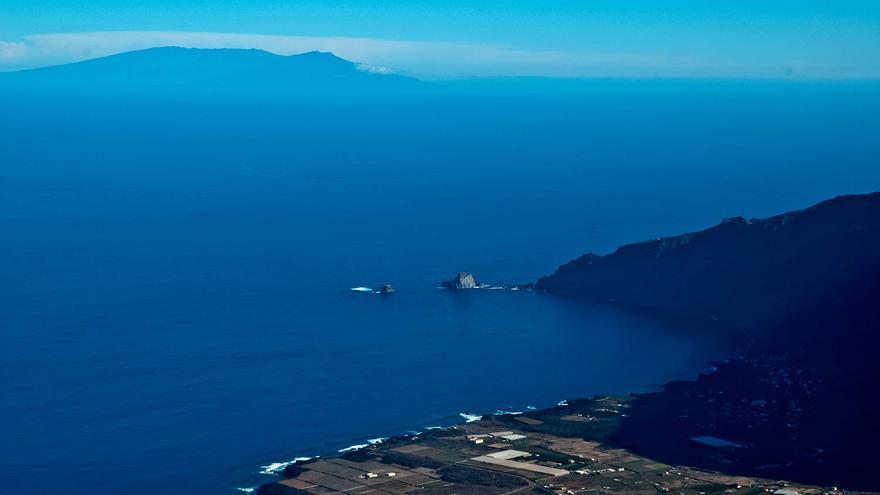 Panorámica de El Golfo y la vecina isla de La Palma desde las alturas de El Hierro. VIAJAR AHORA
