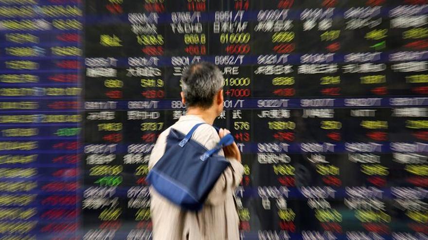 Tokio cae casi un 1,5 % al descanso por la incertidumbre electoral en EEUU