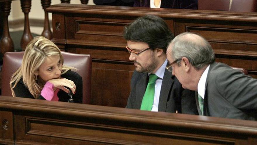 María Australia Navarro, Asier Antona y Fernando Figuereo durante la celebración de un pleno del Parlamento de Canarias.