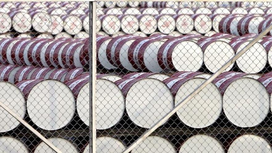Fotografía de archivo tomada el 11 de noviembre de 2016, que muestra barriles de petróleo almacenados en un depósito en Yakarta, Indonesia.