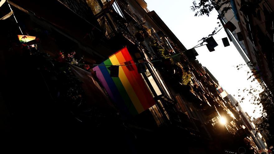 Una bandera arcoíris ondea en un balcón de Madrid.