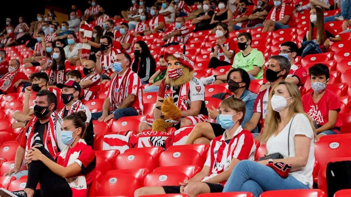 Público, con mascarilla, en San Mamés