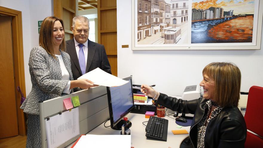 La consejera de Economía, María Sánchez (PSOE), registrando los Presupuestos de 2020 en el Parlamento.   LARA REVILLA