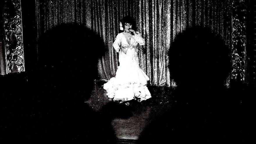 Carmen de Mairena, actuando en la sala El Molino a mediados de los 90.