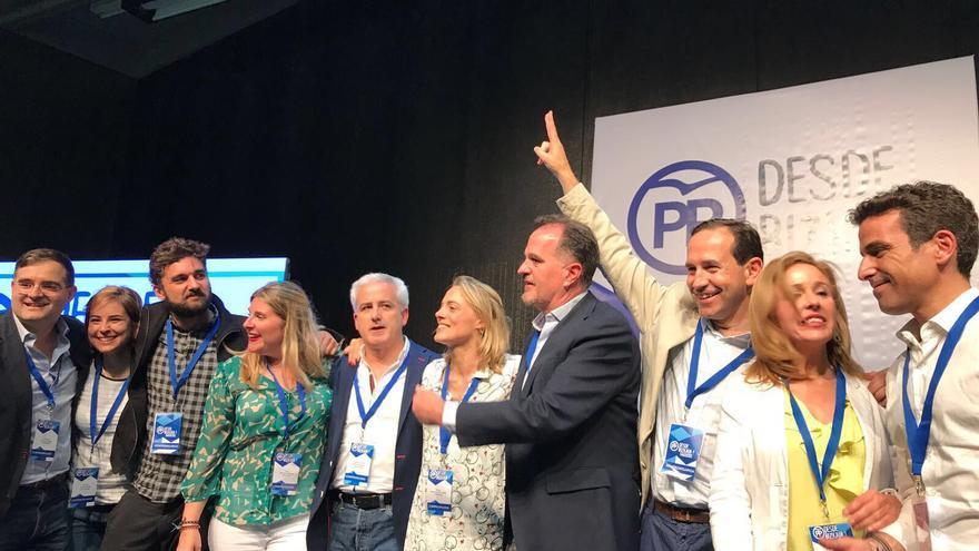 Raquel González, nueva líder del PP vizcaíno, celebra el triunfo con su equpo.