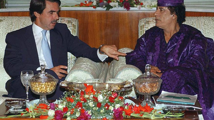 Aznar en su visita a Gadafi en 2003, a quien más tarde intentó vender desaladoras.    EFE / Bernardo Rodríguez