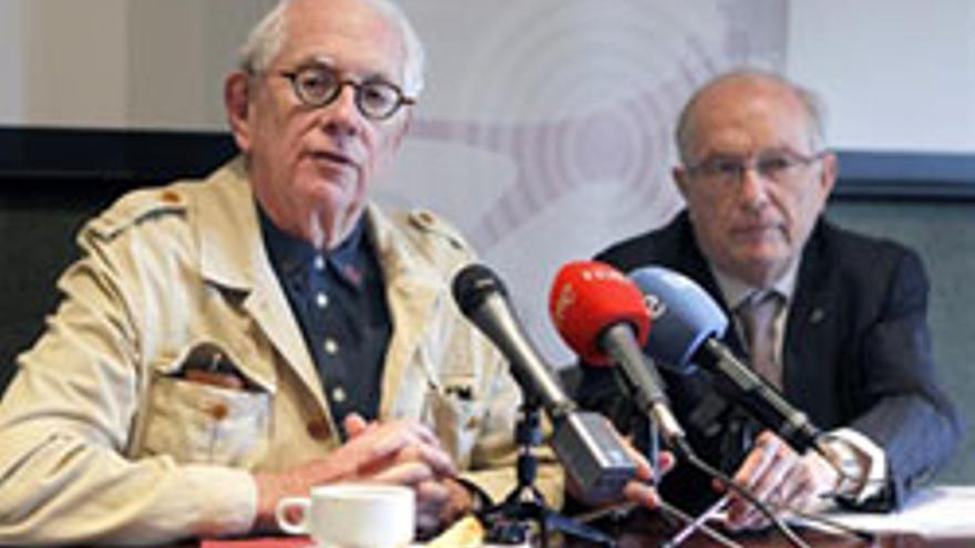 LA LAGUNA (TENERIFE), 27/05/2013.- El premio Nobel de Física en 1979, Sheldom Lee Glashow, acompañado del rector de la universidad de La Laguna, Eduardo Doménech, durante la rueda de prensa en la insistió en que la inversión en ciencia debe comenzar por el nivel básico, y señaló que la fórmula apropiada no es que desde el poder político se diga lo que hay que buscar. EFE/Cristóbal García