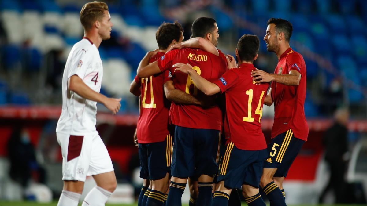 Los jugadores de la selección española celebran el gol de Mikel Oyarzabal ante Suiza