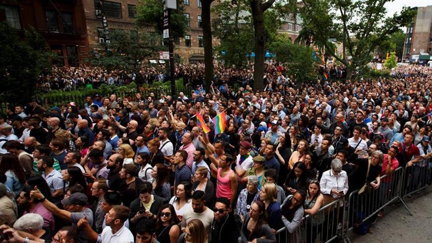 Los nombres de las víctimas de la masacre de Orlando resuenan en una vigilia