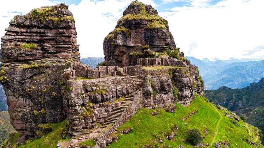 La impresionante estructura de Waqrapukara se amolda perfectamente a la montaña. Viajar Ahora