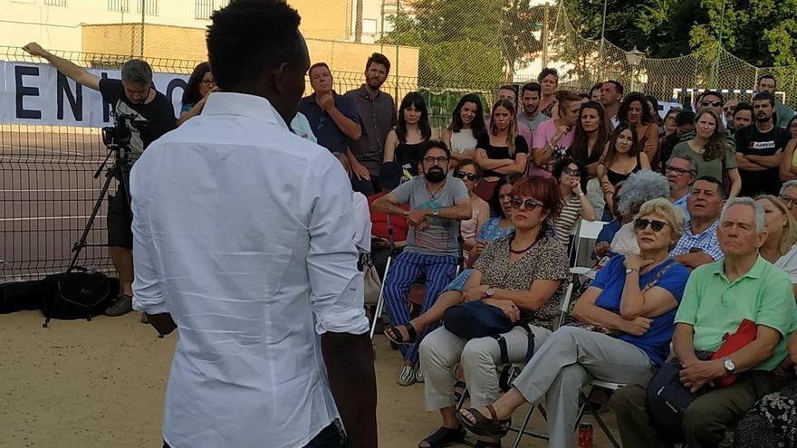 Vecinos de la Macarena escuchan una charla sobre el funcionamiento de los centros de menores en Andalucía y la situación de los jóvenes extranjeros.